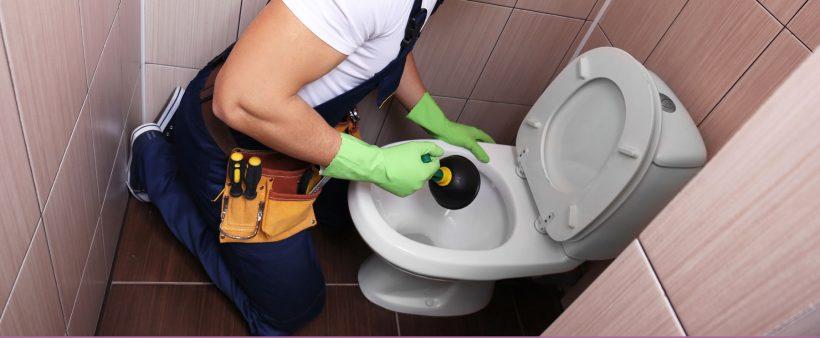 déboucher des toilettes très bouchées
